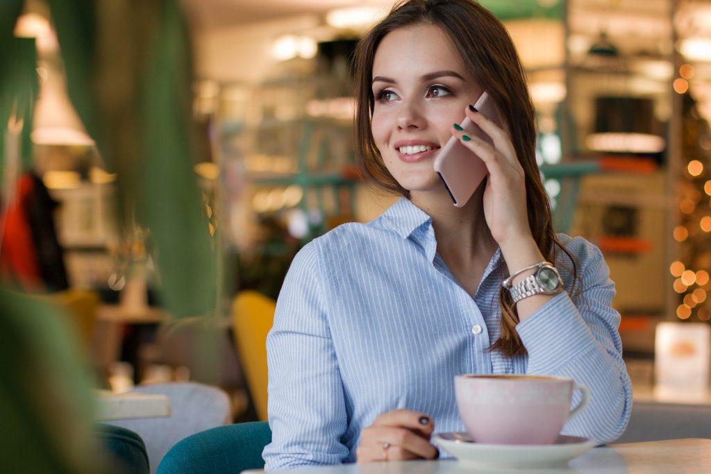 Kobieta rozmawiająca przeztelefon
